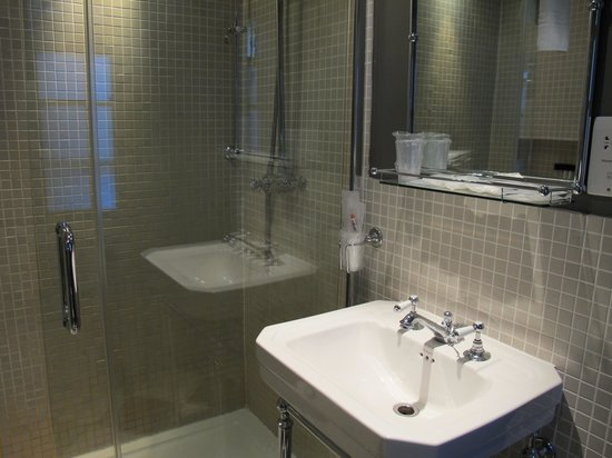 The Fielding Hotel : Rm 15 - Spacious shower.