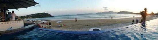 Chez Pitu Praia Hotel: piscina y playa de geriba al atardecer