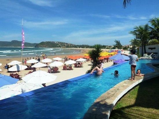 Chez Pitu Praia Hotel: piscina y playa de geriba por la mañana
