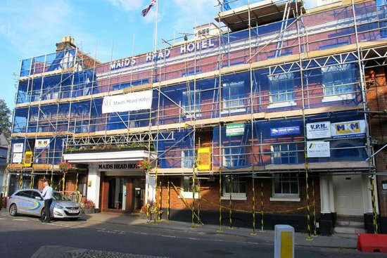 Maids Head Hotel: scaffold at the front