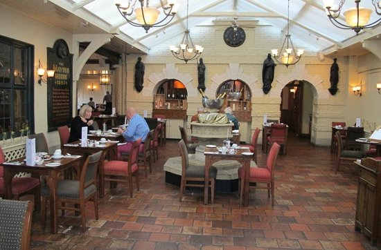 Maids Head Hotel: Courtyard dining Winepress