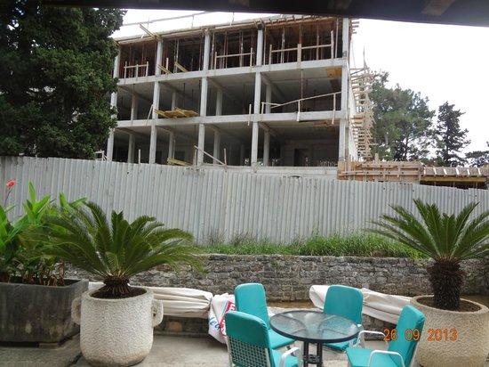 Hotel  OAZA: стройка рядом