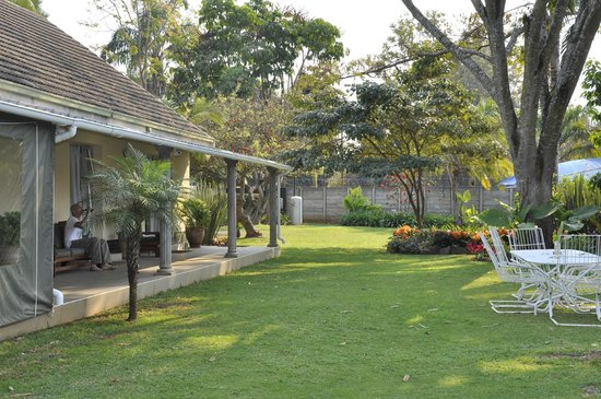 Guinea Fowls Rest B&B : Hotel grounds alongside our room