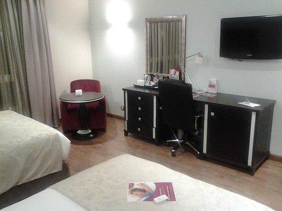 Crowne Plaza Madrid Airport: Bedroom Desk