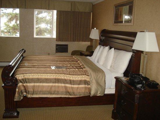 George Dawson Inn: King size bed
