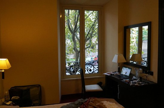 Hotel Versailles: window/desk