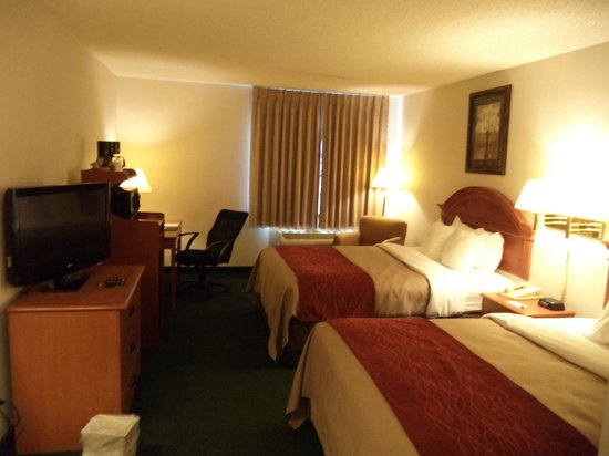 Quality Inn & Suites Airport: Double Queen Room