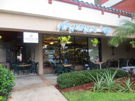 Nature's Way Cafe: Outside - nice tables or you can eat inside