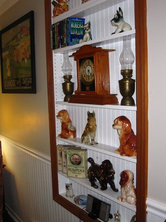 Phineas Swann Bed and Breakfast Inn: Lots of Doggie Knick-Knacks...all spotless!