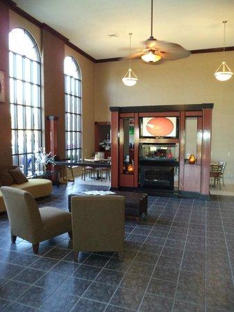Quality Inn & Suites Airport : Atrium Lobby