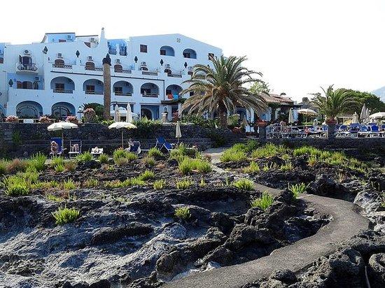 Arathena Rocks Hotel: Lava rocks
