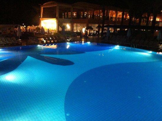 Holiday Village Turkey Sarigerme: Kveld ved poolen