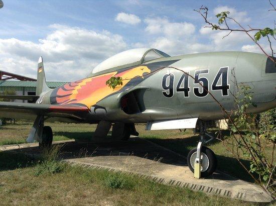 Musee Europeen de l'Aviation de Chasse : Cet avion de chasse se trouve à l'entrée