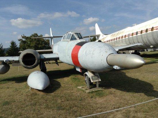 Musee Europeen de l'Aviation de Chasse : A droite de cet avion :la Caravelle