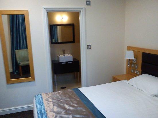 Cromwell International Hotel : bedroom-bath