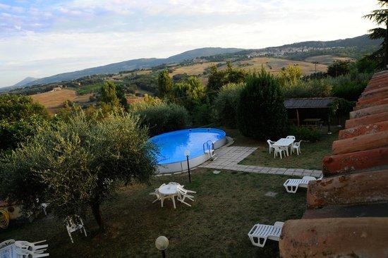 Casa Vacanze Poggio delle Rose: Panorama a bordo piscina