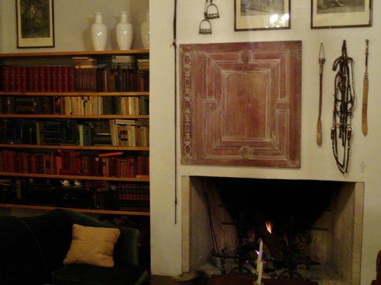 Art Hotel Deco: Fireplace