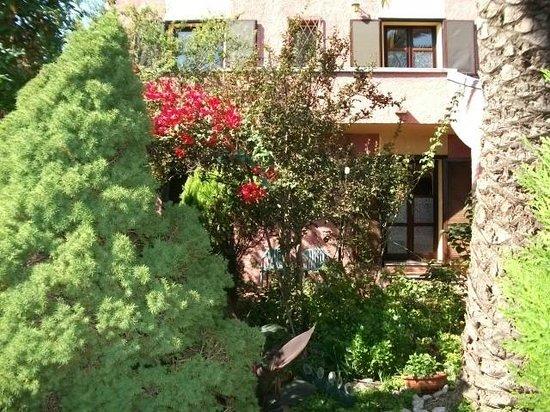 Hotel Abbaruja: giardino hotel