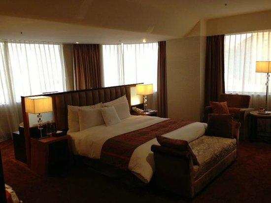 Monarch Skyline Hotel: Bed