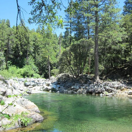 Sierra Skies RV Park: What a great swimming hole, beautiful!
