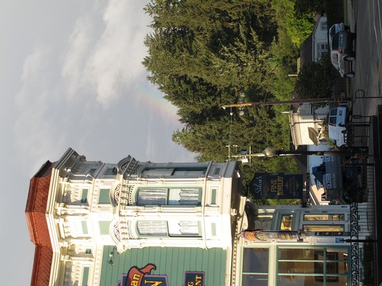 Victorian Inn: Corner of hotel, partial rainbow