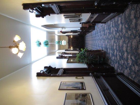 Victorian Inn: Hallway upstairs