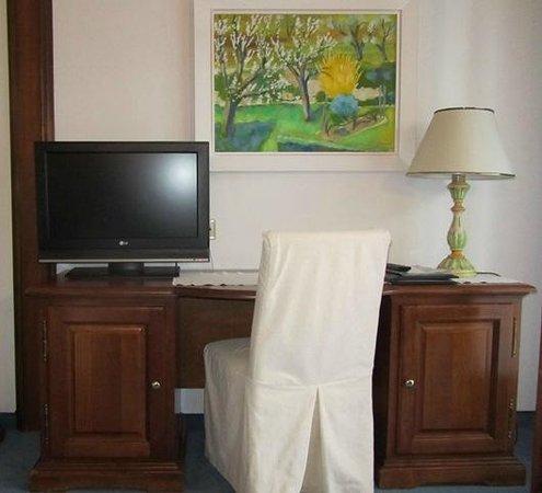 Hotel St. Peter De Luxe: Fernseh- und Schreibtischanlage
