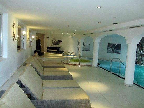 Hotel St. Peter De Luxe: Liegen am Innenpool