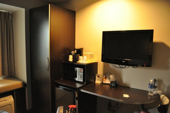 Microtel Inn & Suites by Wyndham Elkhart: TV/Closet