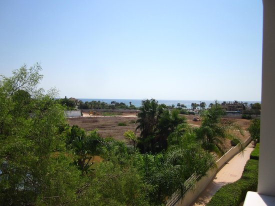 New Famagusta Hotel : вид на замороженную стройку из корпуса salamis