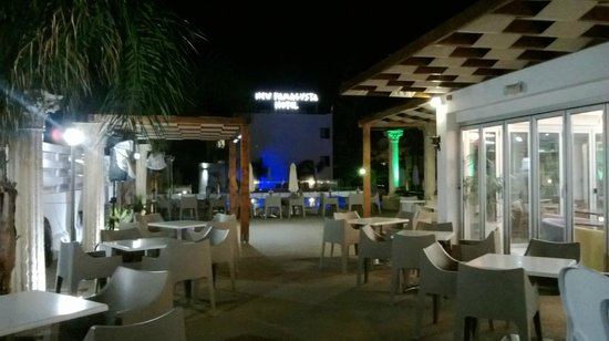 New Famagusta Hotel : Вид ночью на бар и бассейн