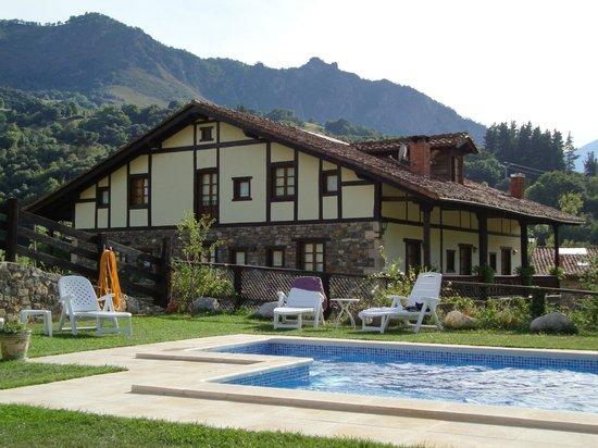 Posada San Pelayo: Posada y piscina