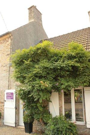 Le Vast, France: Ingresso della bottega