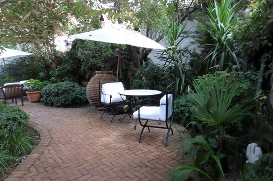 The Muses House Boutique Hotel: Courtyard off the rooms