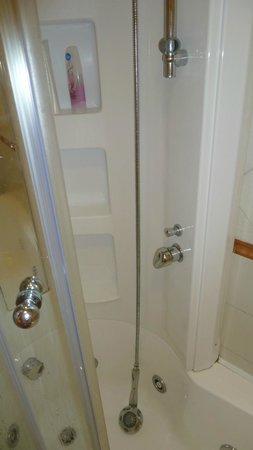 Hotel Castel Gandolfo: Broken shower