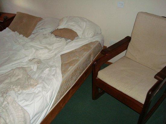 Hotel Rio: Colchon viejo y manchado