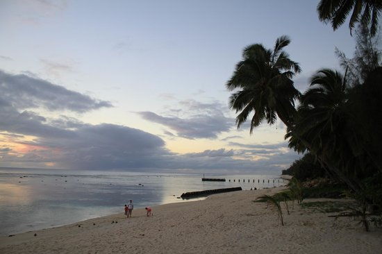 Wilson's Beach Bar - Castaway Resort Rarotonga: Beach at Castaway Resort