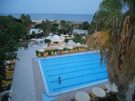 Eden Village Yadis Hammamet : piscine avec le bar et au fond la mer - vue prise de ma chambre