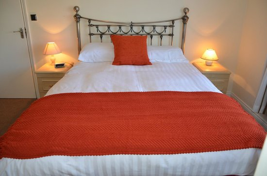 St. Francis Guest House: King size bed