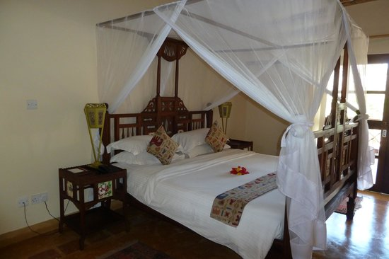 Neptune Pwani Beach Resort & Spa : Grand lit avec moustiquaire