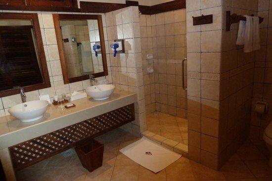 Neptune Pwani Beach Resort & Spa : Grande salle de bain