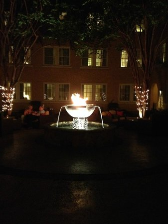 Artmore Hotel: Courtyard at night.