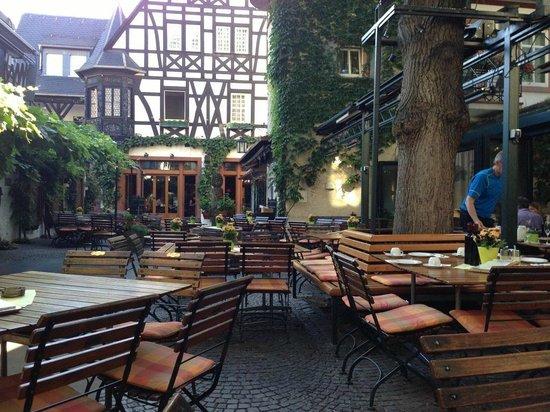 Breuer's Rüdesheimer Schloss : Morning quiet - breakfast at the Schloss