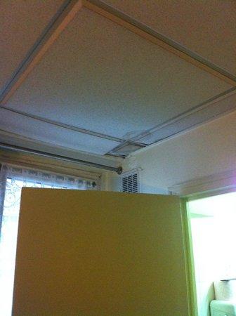 Jarry Hotel : Teto entre quarto e banho
