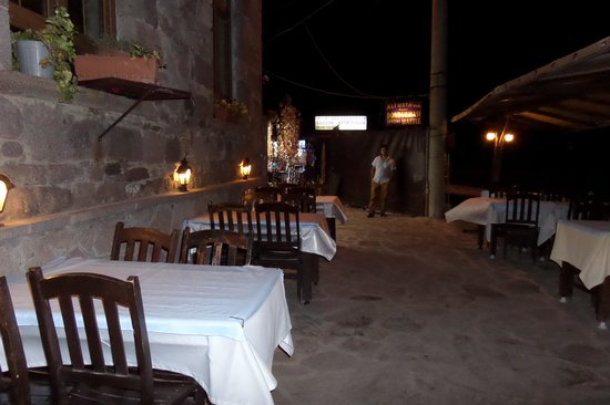 Assos Kervansaray: The road thru the restaurant!