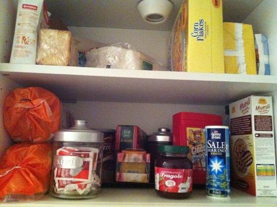 Borgo al Vaticano : Cupboard full of breakfast items