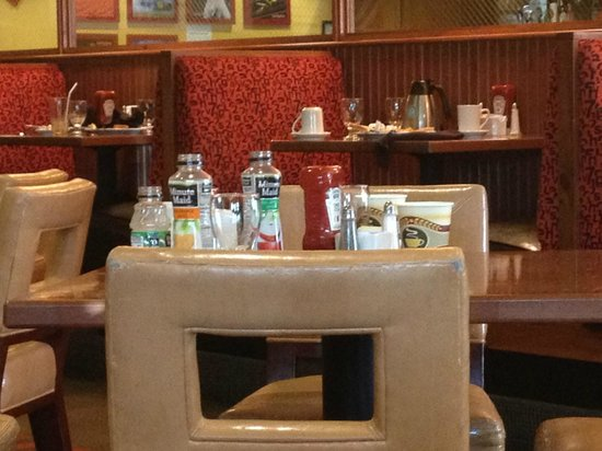 Holiday Inn Richmond South - City Gateway: Dirty tables from breakfast
