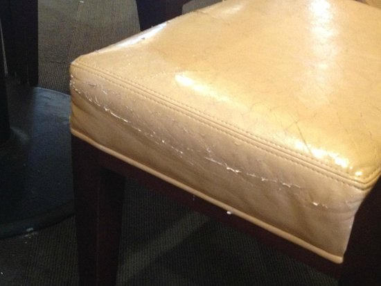 Holiday Inn Richmond South-Bells Road: Worn out chairs in restaurant