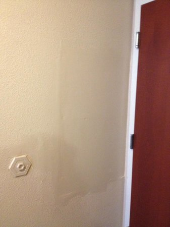 Holiday Inn Richmond South-Bells Road: Bad wall patch job