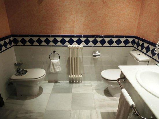 Parador de Jarandilla de la Vera: Baño 1. Habitación estándar